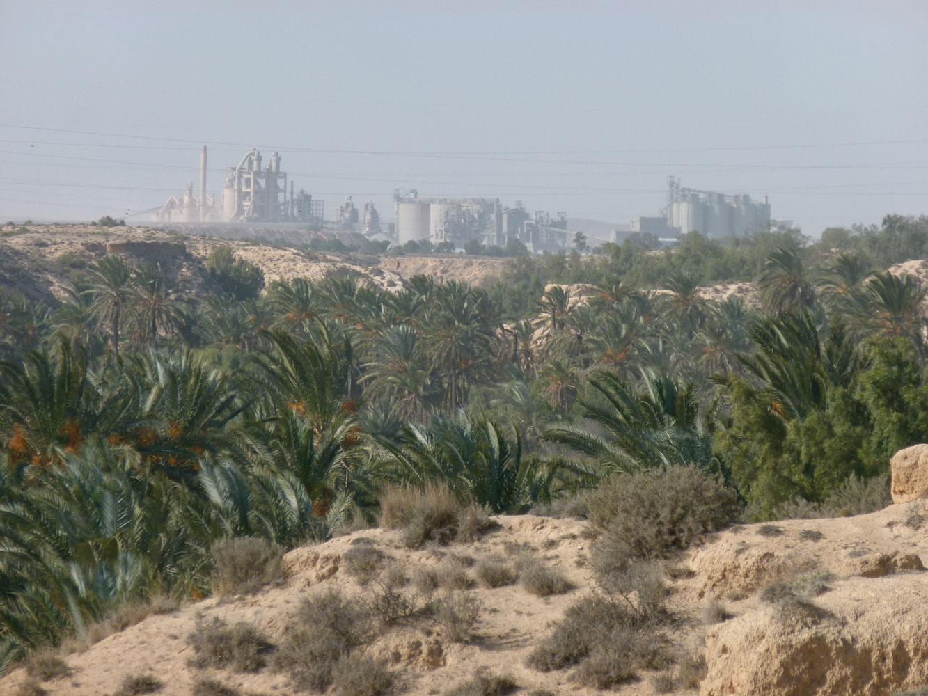 L'extraction des phosphates et leur fabrication en engrais a provoqué la désertification de Chenini à Gabès.