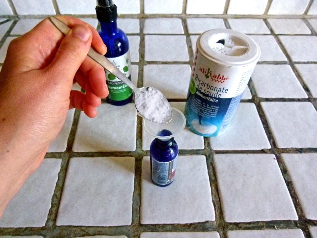 Bicarbonate de soude et hydrolat d'hamamélis pour une recette de déodorant zéro déchet en spray.