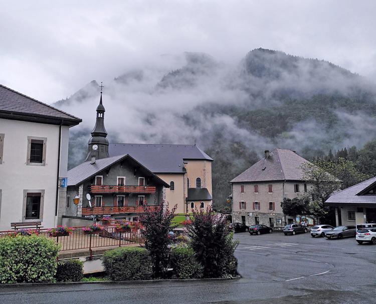 Église savoyarde dans les nuages.