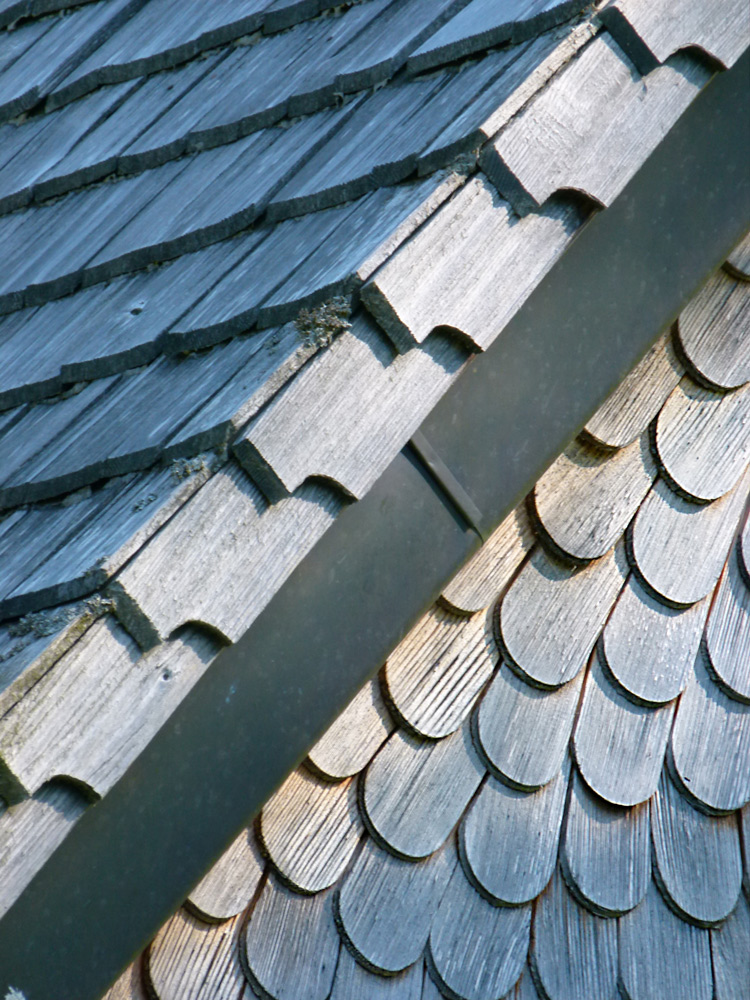 Le toit entier de la chapelle savoyarde est composé de tavaillons en bois.