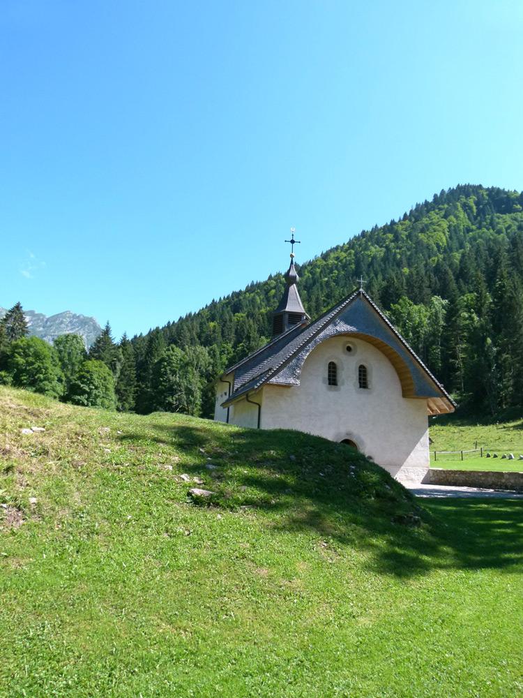 En vacances en montagne pour découvrir une petite chapelle savoyarde.