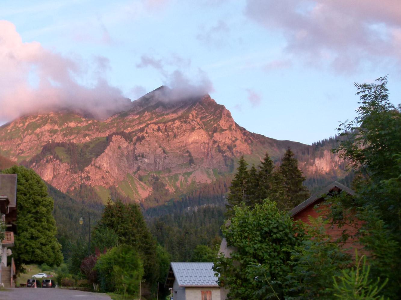 Lumière de coucher de soleil sur la montagne