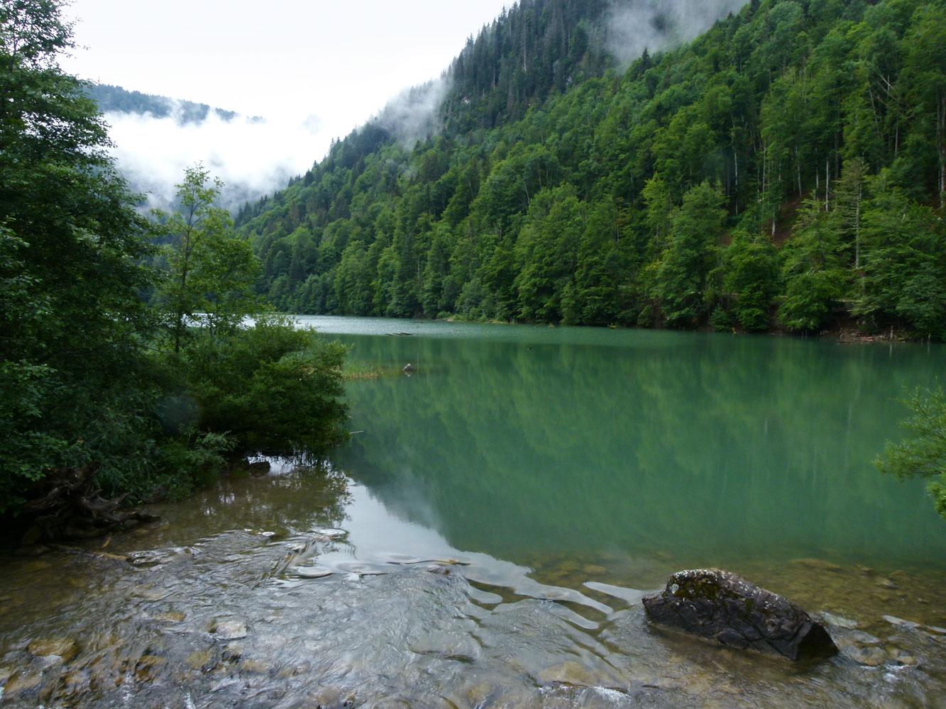 Être en vacances autour d'un lac de montagne