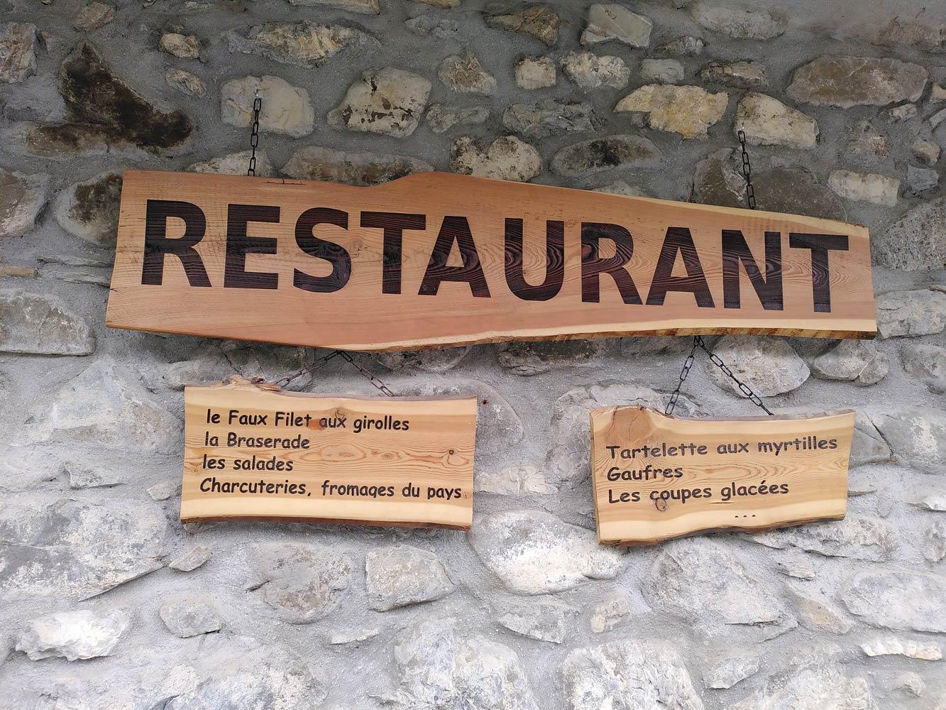 Des menus de restaurant en bois.